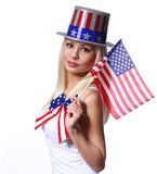 Blondes Mädchen, welches die kleine amerikanische Flagge lokalisiert wellenartig bewegt Stockfotografie