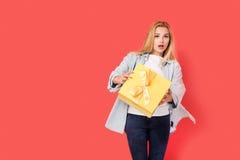 Blondes Mädchen wird durch Geschenk überrascht Stockbilder
