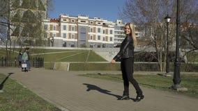 Blondes Mädchen wirft mit der Freiheit und dem Lächeln auf stock video footage