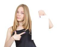 Blondes Mädchen zeigt ein Blatt Papier Lizenzfreie Stockfotografie