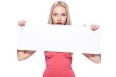 Blondes Mädchen zeigt Plakat. Stockbilder