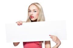 Blondes Mädchen zeigt Plakat. Stockfotos