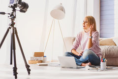 Blondes Mädchenaufnahmevideo für Blog Stockbild