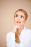 Blondes Mädchendenken Lizenzfreie Stockfotografie
