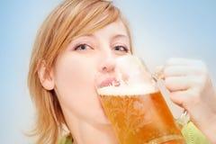 Blondes Mädchengetränk ein Bier Stockbild