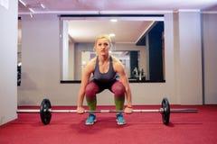 Blondes Mädchengewichtheben Lizenzfreie Stockfotos