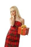 Blondes Mädchenholding-Weihnachtsgeschenk im roten Kleid Stockbilder