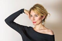 Blondes Mädchenlächeln Blaue Augen und roter Lippenporträtabschluß oben Lizenzfreies Stockfoto