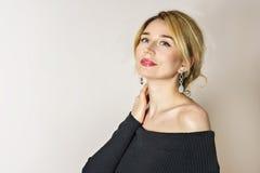 Blondes Mädchenlächeln Blaue Augen und roter Lippenporträtabschluß oben Stockbilder