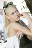 Blondes Mädchenmodell mit den sunglesses im Freien Stockbilder