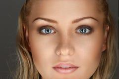 Blondes Mädchennahaufnahme-Gesichtsportrait Stockbilder