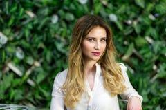 Blondes Mädchenporträt Café im im Freien Stockfoto