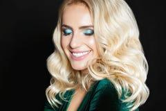 Blondes Mädchenporträt des Schönheitsmode-modells Sexy junge Frau mit perfektem Abendmake-up, Hautecouture-Zauberfrau Stockbild