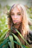 Blondes Mädchenporträt mit grünem Stock Lizenzfreies Stockbild