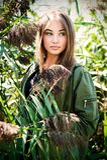 Blondes Mädchenporträt mit natürlichem Hintergrund des Stocks Stockfotos