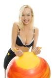 Blondes Mädchenportrait der Schönheit mit Kugel Lizenzfreie Stockfotos
