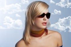 Blondes Mädchenportrait mit Sonnenbrillen Stockbild