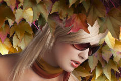 Blondes Mädchenportrait mit stilvollen Sonnenbrillen Stockbild