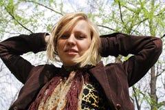 Blondes Mädchenschauen Lizenzfreie Stockfotografie