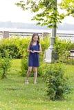 Blondes Mädchenspiel im Sommer mit dem ungepflegten Haar Lizenzfreie Stockfotos