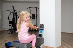 Blondes Mädchentraining in der Turnhalle Stockfotos