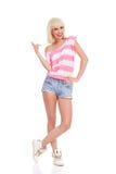 Blondes Mädchenzeigen des zufälligen Sommers Stockfoto