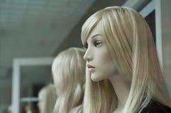 Blondes Mannequin im Ausstellungsraum Stockfoto
