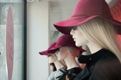 Blondes Mannequin mit rotem Hut Stockfotografie