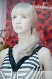Blondes Mannequin mit Seemannkleid Stockbild