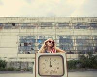 Blondes Mädchen auf geschädigter Tankstelle Stockbilder