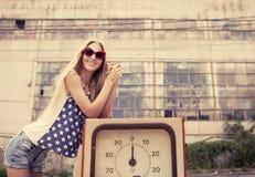 Blondes Mädchen auf geschädigter Tankstelle Lizenzfreie Stockfotos