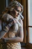 Blondes Mädchen, das mit Weinlesekleidung aufwirft Lizenzfreies Stockfoto