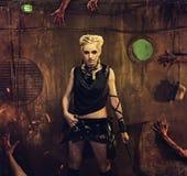 Blondes Mädchen in einem Schutz Stockfotos