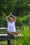 Blondes meditierendes Mädchen des Zens 20s, Wasserumwelt Stockfotografie