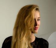 Blondes Mode-Modell, das im Studio aufwirft Stockbild