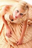 Blondes Mode-Modell der Frau im gelben Kleid Lizenzfreies Stockbild