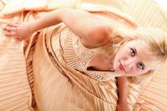 Blondes Mode-Modell der Frau im gelben Kleid Stockbilder