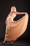 Blondes Mode-Modell der Frau im gelben Kleid Lizenzfreies Stockfoto