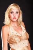 Blondes Mode-Modell der Frau im gelben Kleid Stockfotos