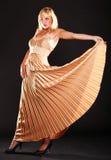 Blondes Mode-Modell der Frau im gelben Kleid Stockbild