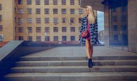 Blondes Mode-Modell der Schönheit, das um die Straße und das lookin geht Lizenzfreie Stockfotos