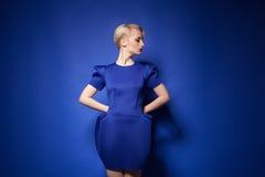 Blondes Mode-Modell im blauen Kleid Lizenzfreie Stockfotos