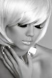 Blondes Mode-Modell-Porträt. Augenmake-up. Verlockendes Mädchenberühren Lizenzfreies Stockbild