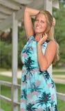 Blondes Mode-Modell wirft nahe Fensterläden geschlossenem Haus auf Stockfoto