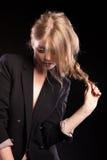Blondes Modell, das in Mode Art auf schwarzem Hintergrund aufwirft Lizenzfreie Stockfotos