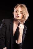 Blondes Modell, das in Mode Art auf schwarzem Hintergrund aufwirft Lizenzfreies Stockbild