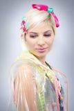 Blondes Modell der jungen Frau im Plastik Stockfotografie