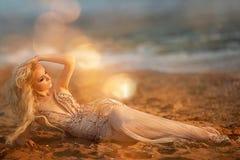 Blondes Modell der jungen Frau mit hellem Make-up draußen in der Modeart im Abendkleid hinter blauem Himmel Lizenzfreies Stockfoto