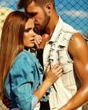 Blondes Modell der jungen Frau und hübscher Mann mit Muskeln draußen Stockfotos