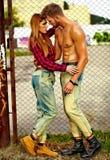 Blondes Modell der jungen Frau und hübscher Mann mit Muskeln draußen Stockbilder
